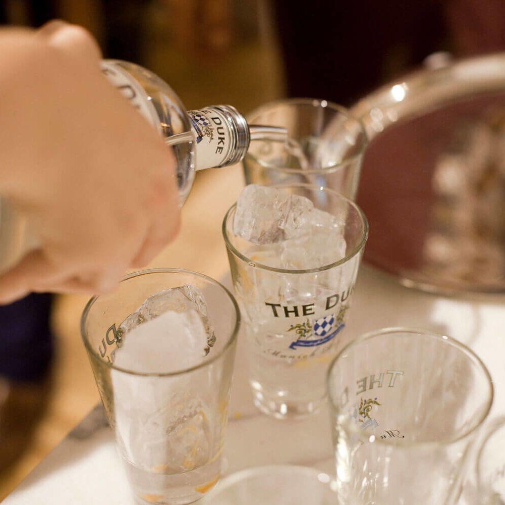 Gin Tonics werden ausgeschenkt