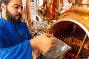 Beginn der Gin Destillation_die Brennblase wird befüllt