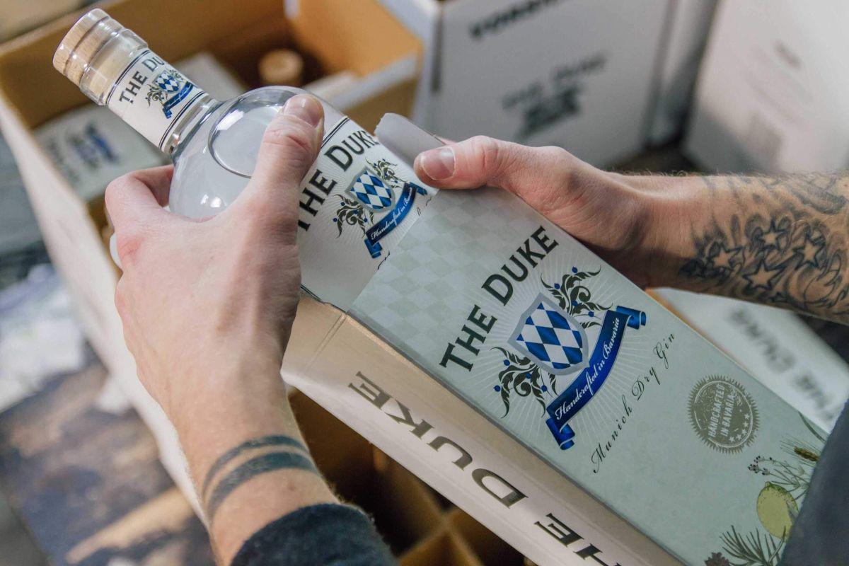 Der Munich Dry Gin kommt in die Geschenverpackung