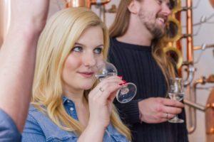 Die Geruchsprobe des Dry Gin