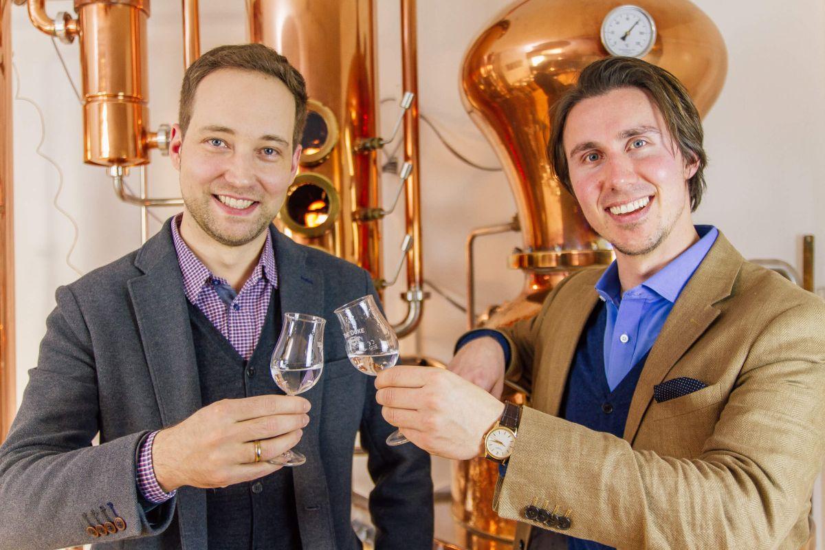 Die Gründer Maximilian Schauerte und Daniel Schönecker sind glücklich über Ihren Gin