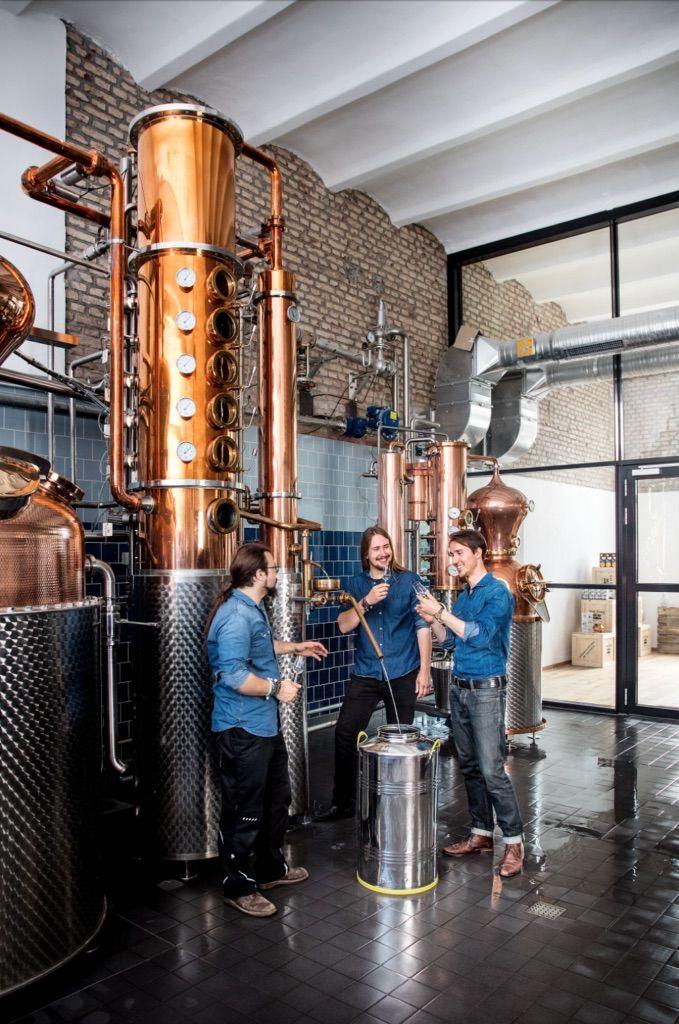 THE DUKE Gründer Max mit den beiden Destillateuren