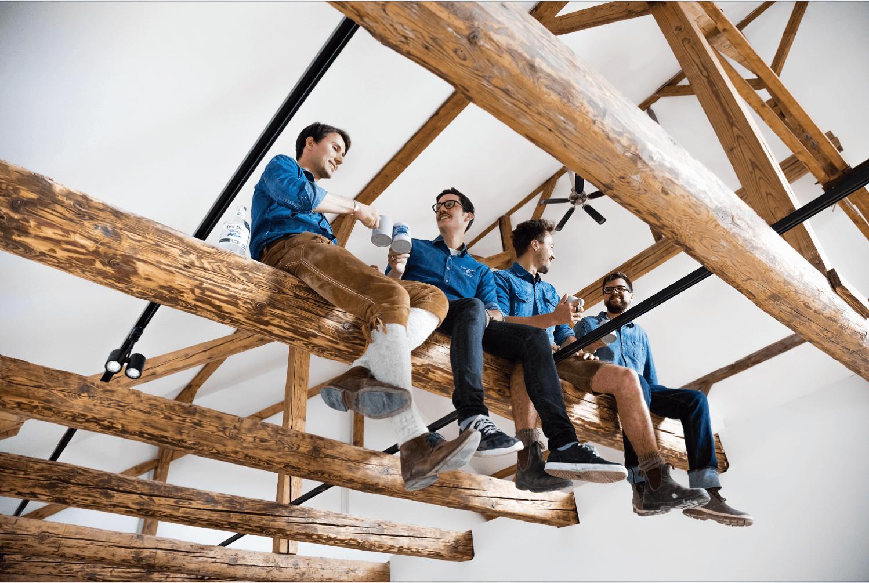 THE DUKE Team auf Holzbalken