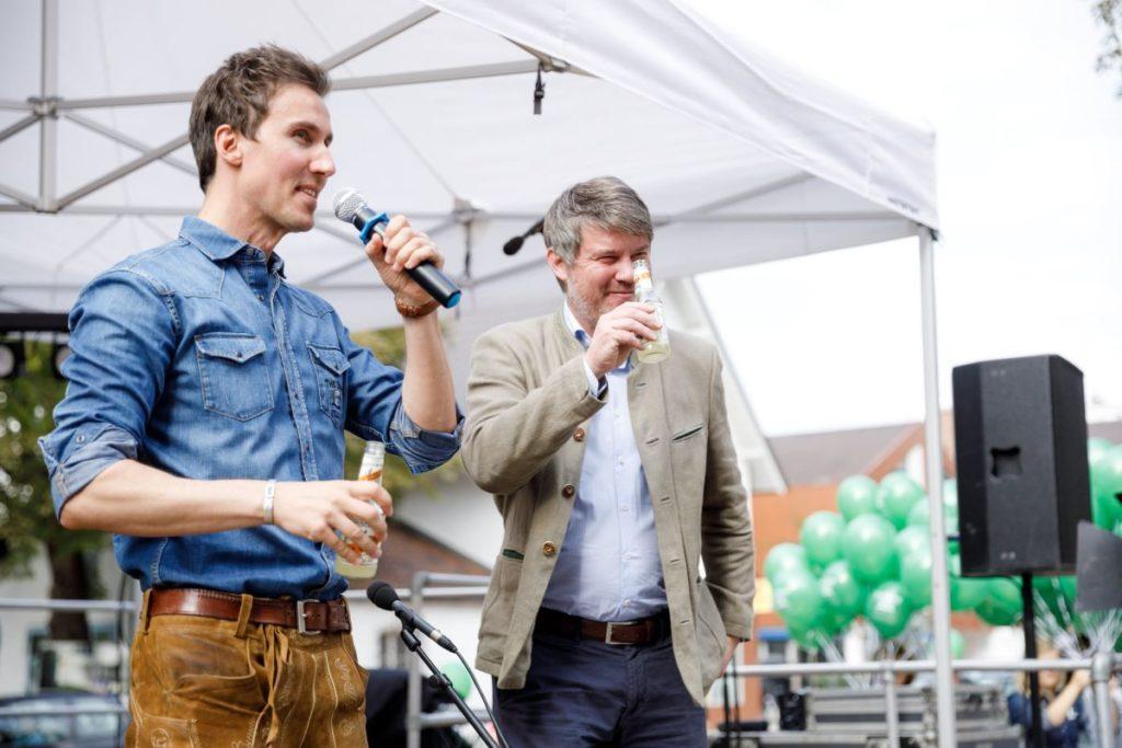 Gründer Max hält eine Rede beim Tag der offenen Tür der THE DUKE Destillerie