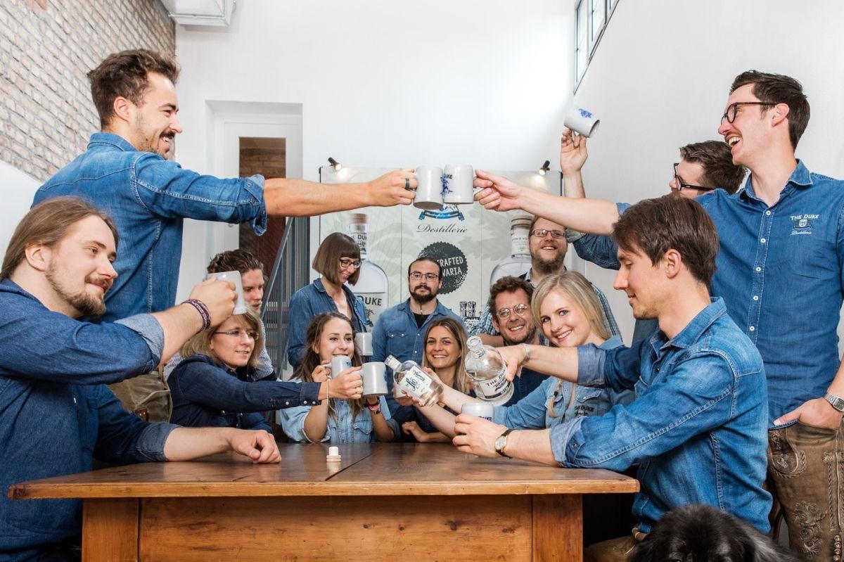 Das Team der THE DUKE Destillerie hat Spaß beim Fotoshooting