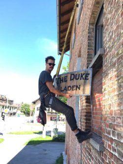 THE DUKE Laden Schild