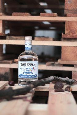 Wanderlust Gin auf Holzpaletten