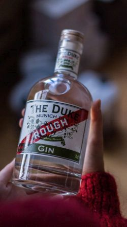 THE DUKE Rough Gin in Hand