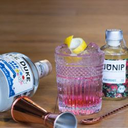 THE DUKE Wanderlust Gin mit Junip Pomegranate Infuser - The Blossom & The Rose