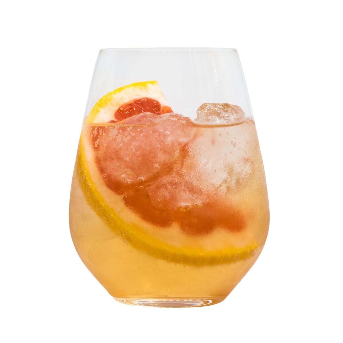 "THE DUKE Gin Cocktail mit Basilikumblütensirup ""Rotgold"" Freisteller"