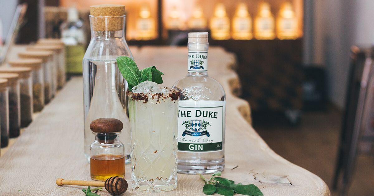 Oh Honey Gin Fizz mit THE DUKE Gin, Bacon Rand und Salbei