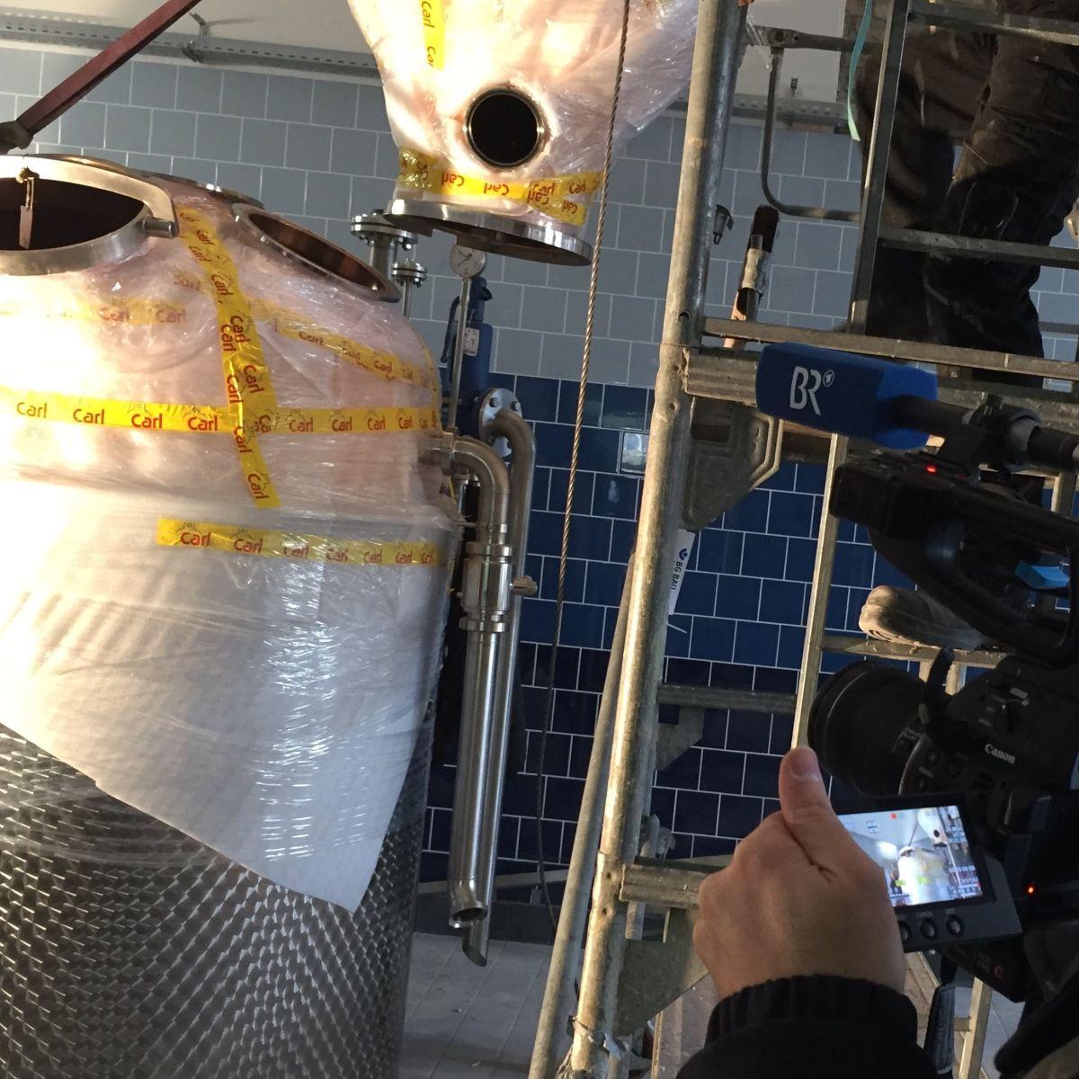 Der Aufbau der neuen THE DUKE Destillieranlage in Aschheim wurde durch ein Kamerateam begleitet