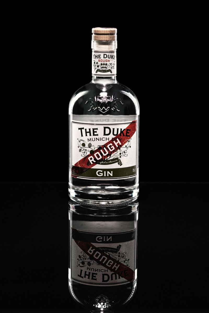 Produktfoto THE DUKE Rough Gin (schwarzer Hintergrund) Foto: Alex Heitz Malandro-Photodesign