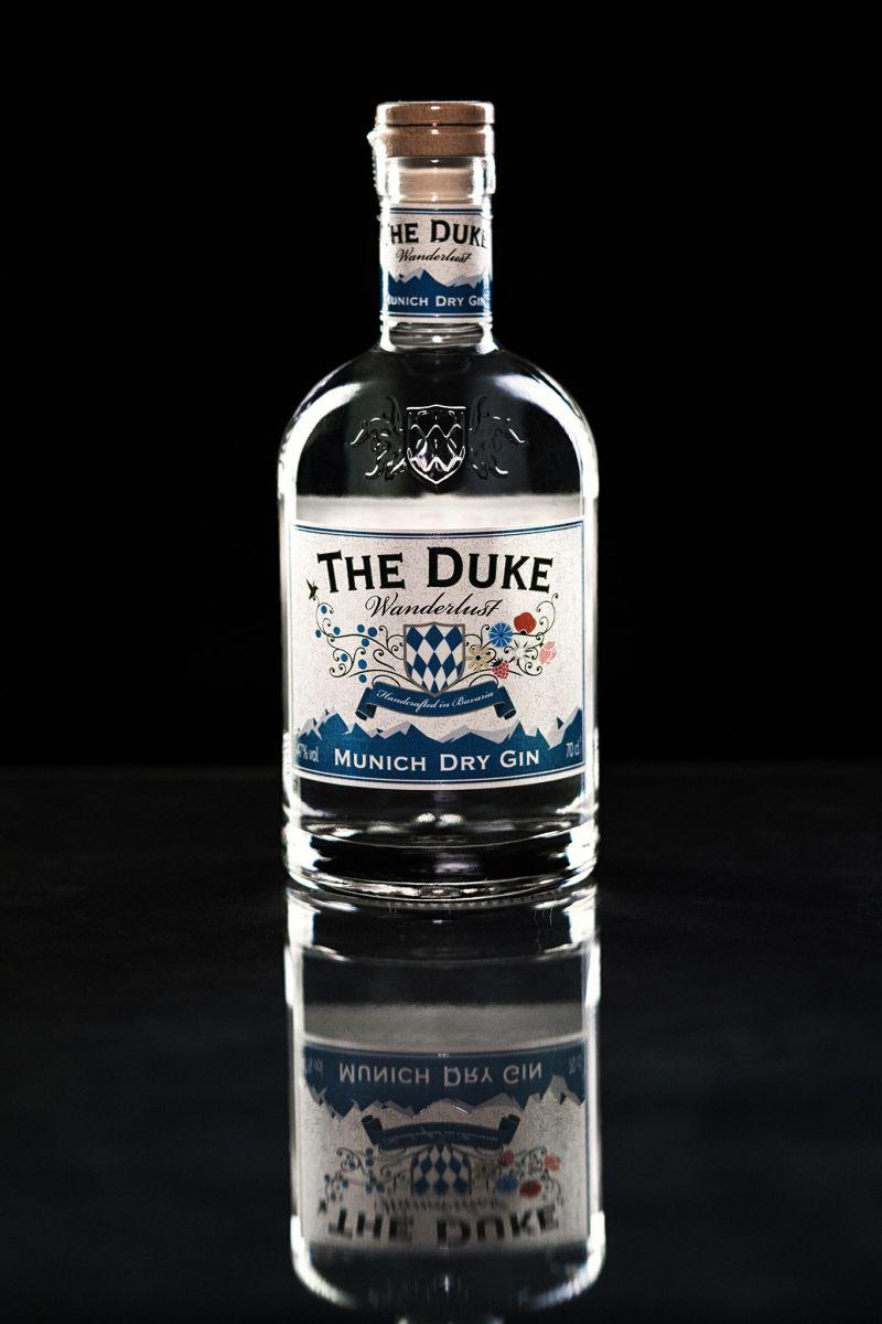 Produktfoto THE DUKE Wanderlust Gin (schwarzer Hintergrund) Foto: Alex Heitz Malandro-Photodesign