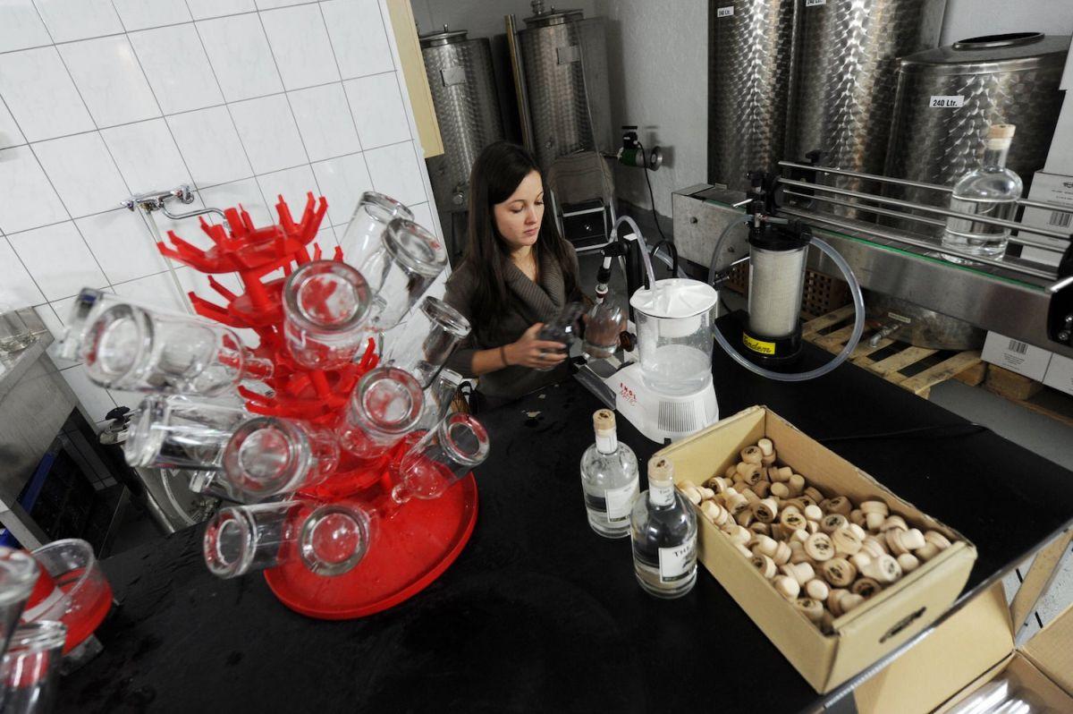 Abfüllung per Hand in der THE DUKE Destillerie (Barerstraße)