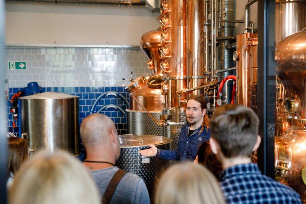 Destillateur Magic erklärt, wie man Gin herstellt