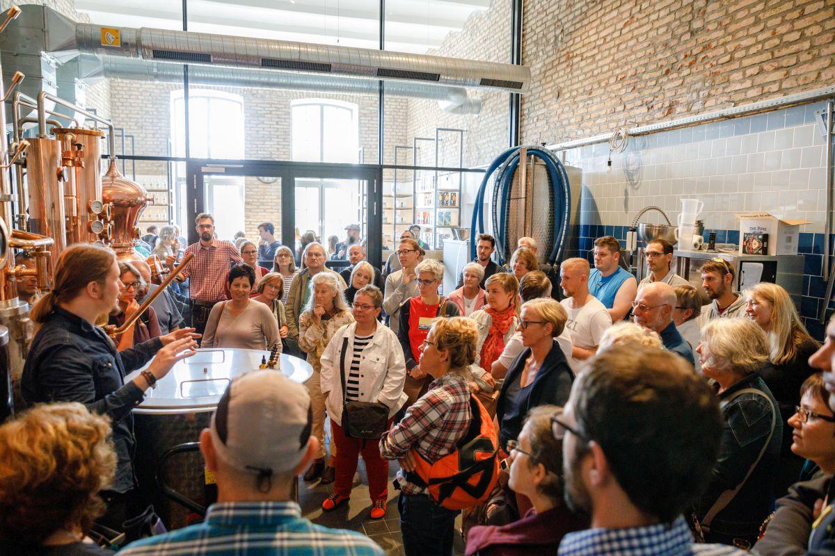 Führungsbesucher lauschen gespannt dem THE DUKE Destillateur Magic