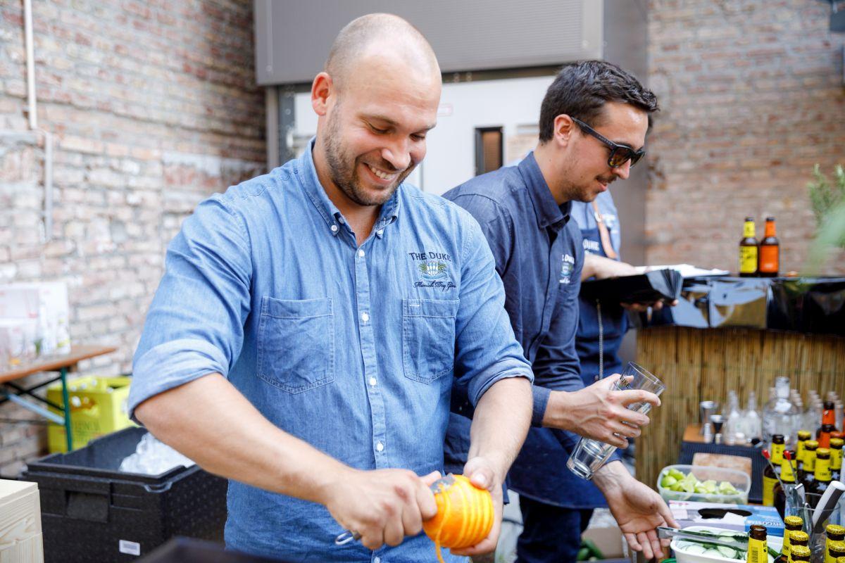 Mitarbeiter der THE DUKE Destillerie an der Classics Bar am Tag der offenen Tür