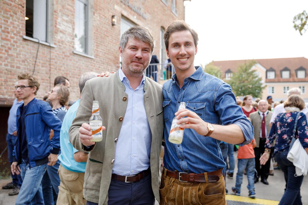 Der Aschheimer Bürgermeister Thomas Glashauser und THE DUKE Gründer Maximilian von Pückler am Tag der offenen Tür der THE DUKE Destillerie