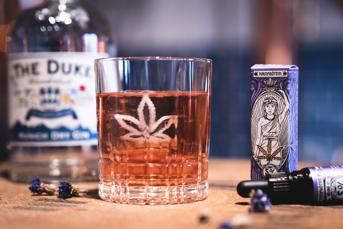 "CBD Cocktail ""The Unhasty"" mit THE DUKE Wanderlust Gin und CBD Öl (5%) von Hanfgöttin in der THE DUKE Destillerie"