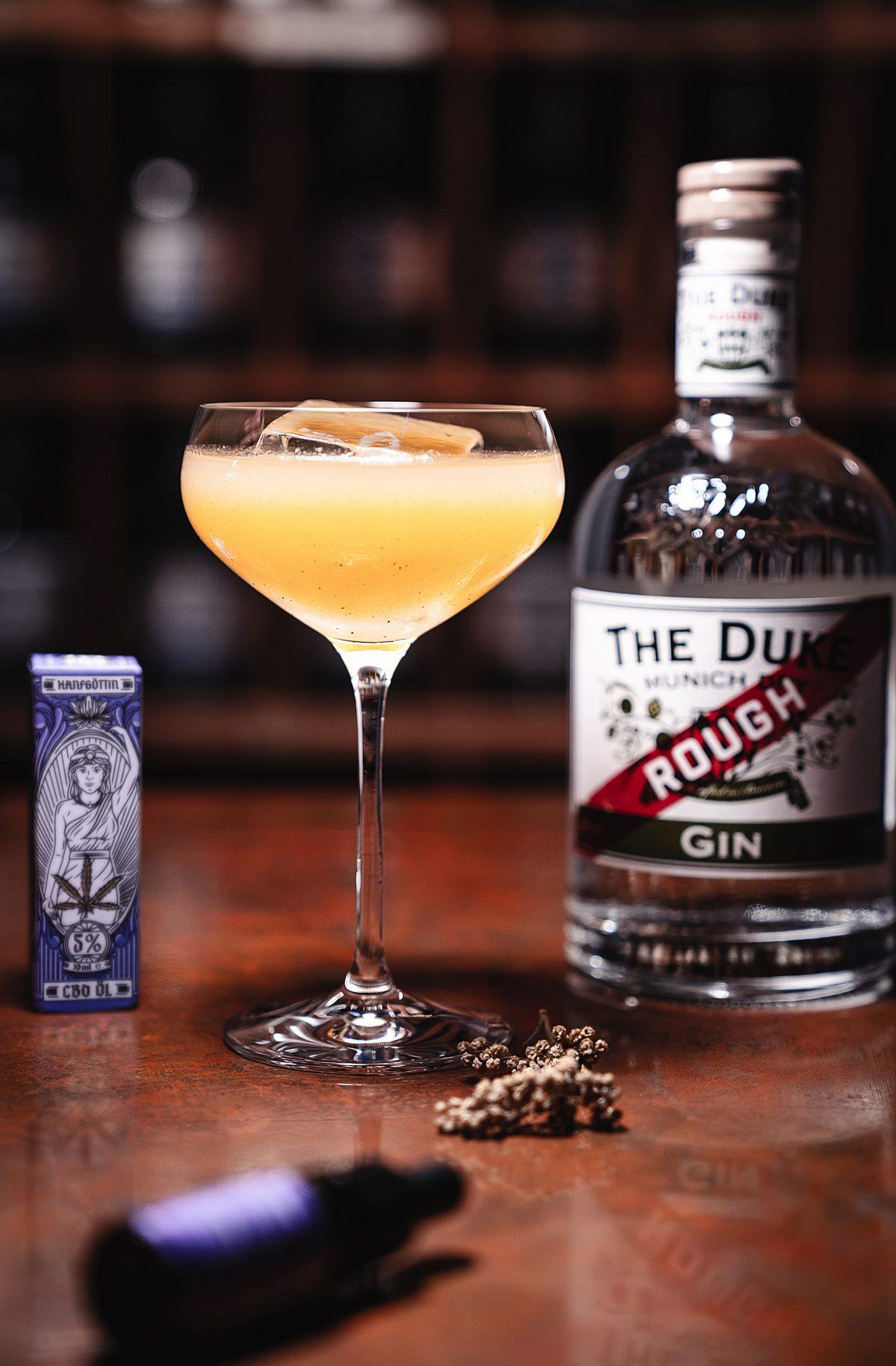 CBD Cocktails mit CBD Öl: Ein CBD Cocktail mit THE DUKE Rough Gin und CBD Öl von Hanfgöttin