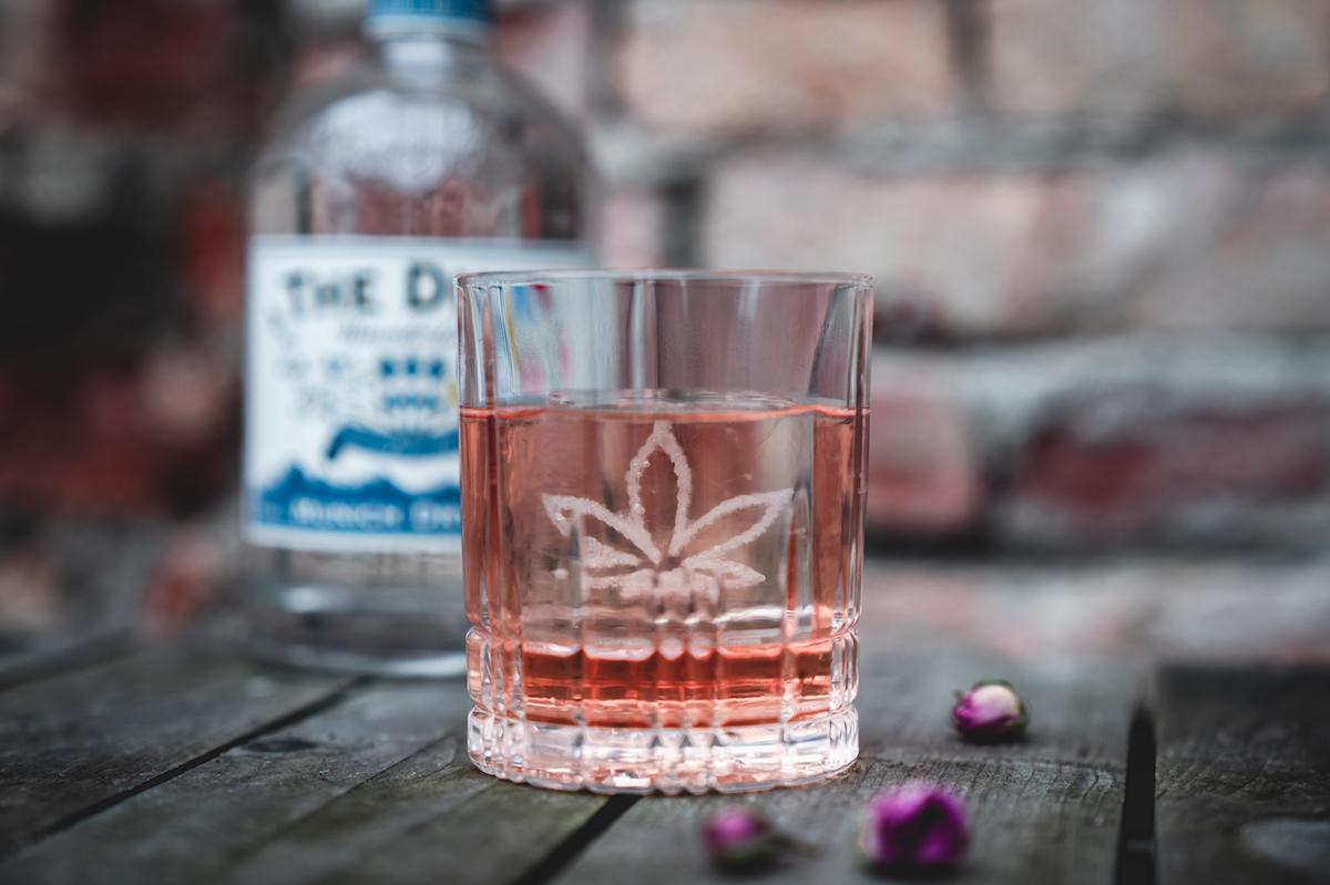 """CBD Cocktail """"The Unhasty"""" mit THE DUKE Wanderlust Gin, CBD Öl von Hanfgöttin und King Cube mit eingraviertem Hanfblatt"""