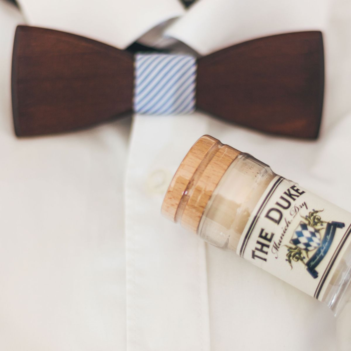 BeWooden x THE DUKE Gentlemen's Set: THE DUKE Munich Dry Gin und Holzfliege