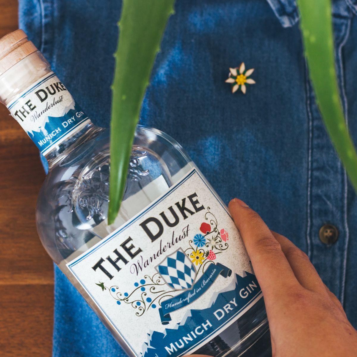 BeWooden x THE DUKE Edelweiss Set: THE DUKE Wanderlust Gin und Edelweiss Holzbrosche