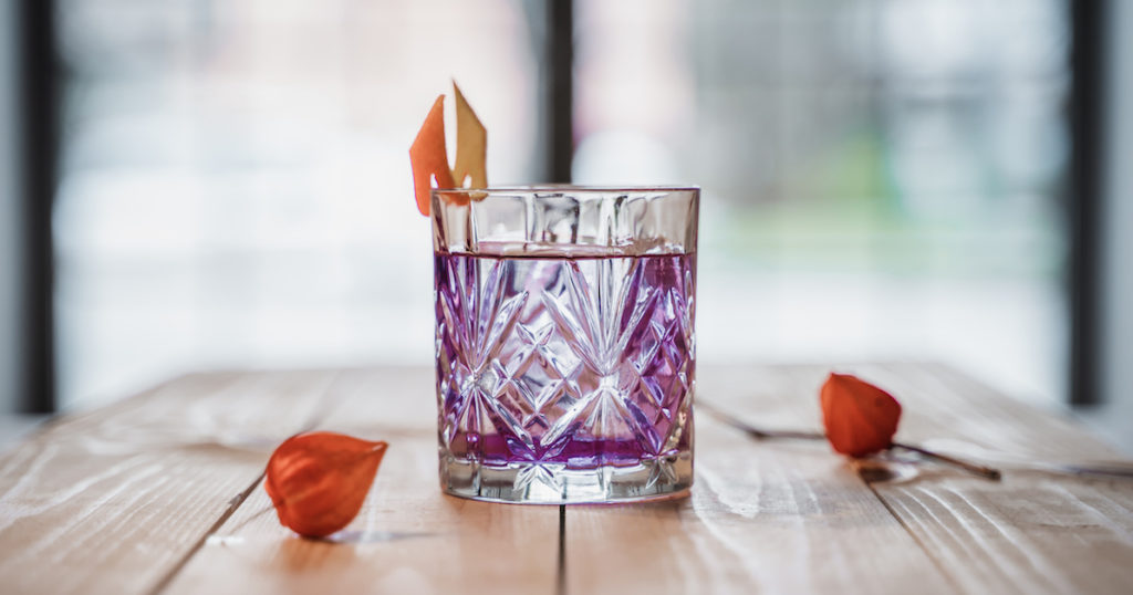 Cocktails mit Wow-Effekt - Butterfly Pea Tea Infused THE DUKE Gin ist die geheime Zutat