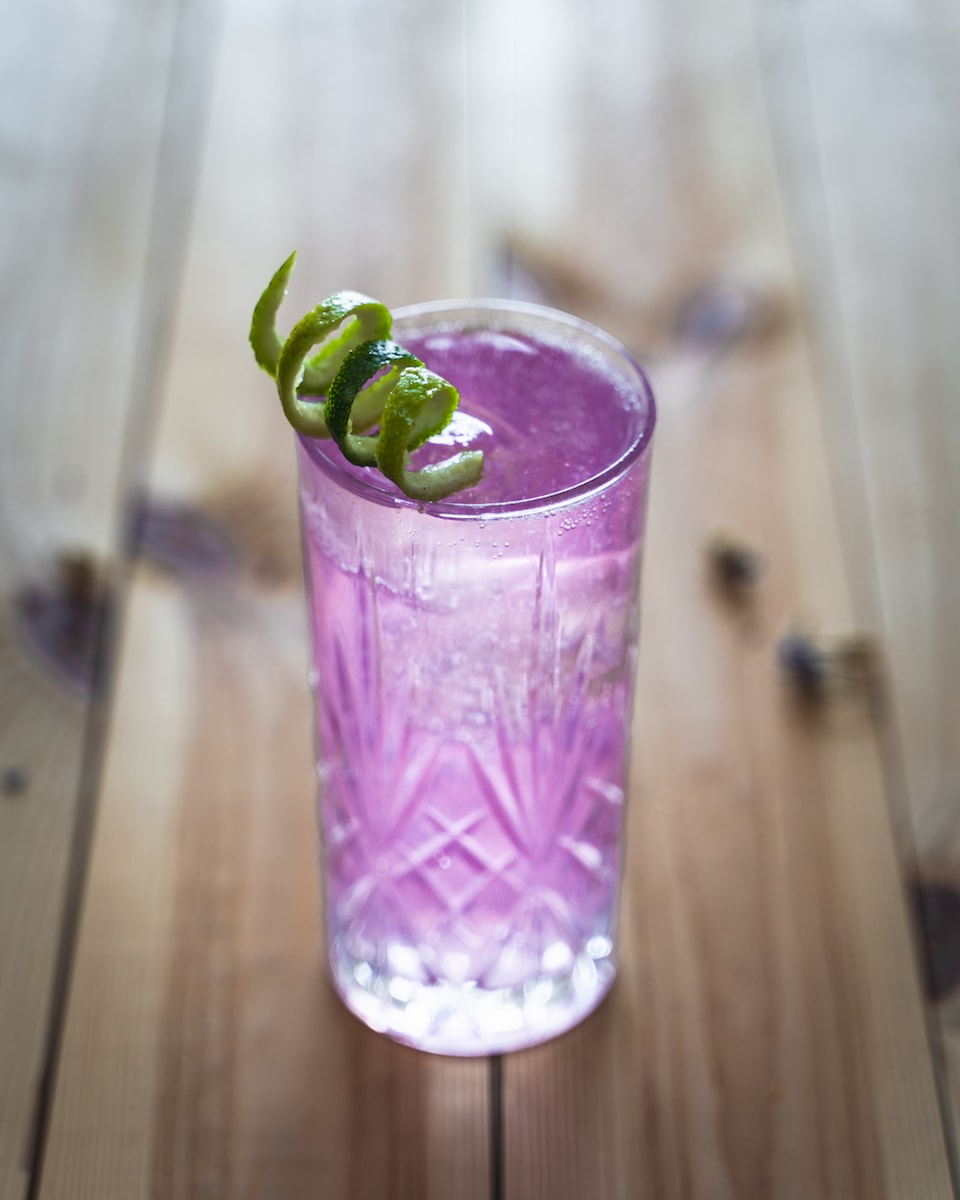 Gin Rickey Twist mit Butterfly Pea Tea Infused THE DUKE Munich Dry Gin