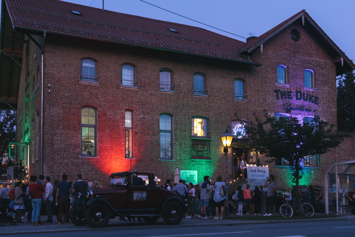 The Duke Sommerfest in der beleuchteten Destillerie