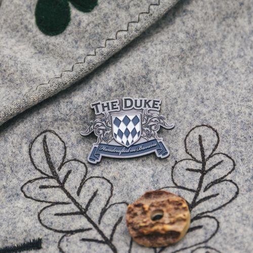 Brosche mit dem Logo der THE DUKE Destillerie auf Trachtenjanker