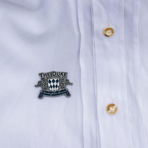 Brosche mit dem Logo der THE DUKE Destillerie auf Trachtenhemd