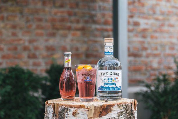 THE DUKE Wanderlust Gin mit Schweppes Hibiskus Tonic