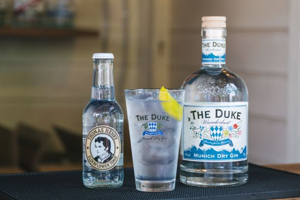 THE DUKE Wanderlust Gin mit Thomas Henry Elderflower Tonic