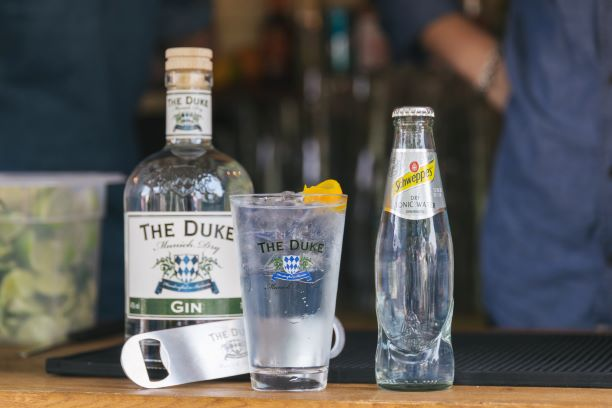 THE DUKE Munich Dry Gin mit Schweppes Dry Tonic