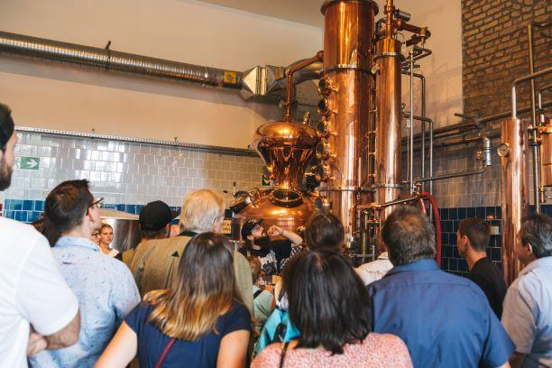 Destillateur Andi bei der Arbeit in der THE DUKE Destillerie