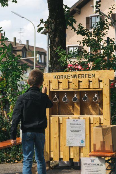 Spiele im Hinterhof der Destillerie - Korkenwerfen