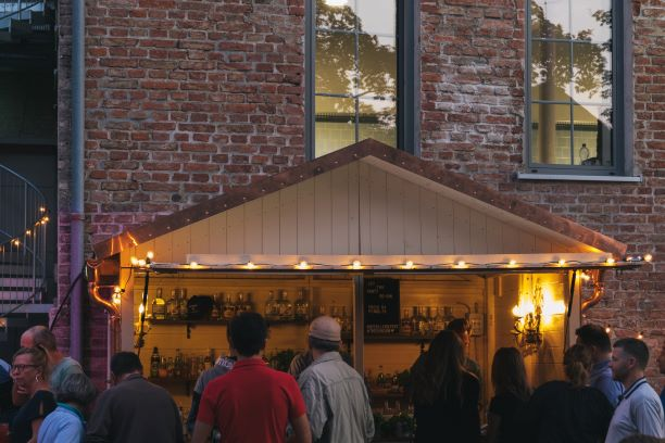 Hölzerne Bar-Hütte auf dem THE DUKE Destilleriefest