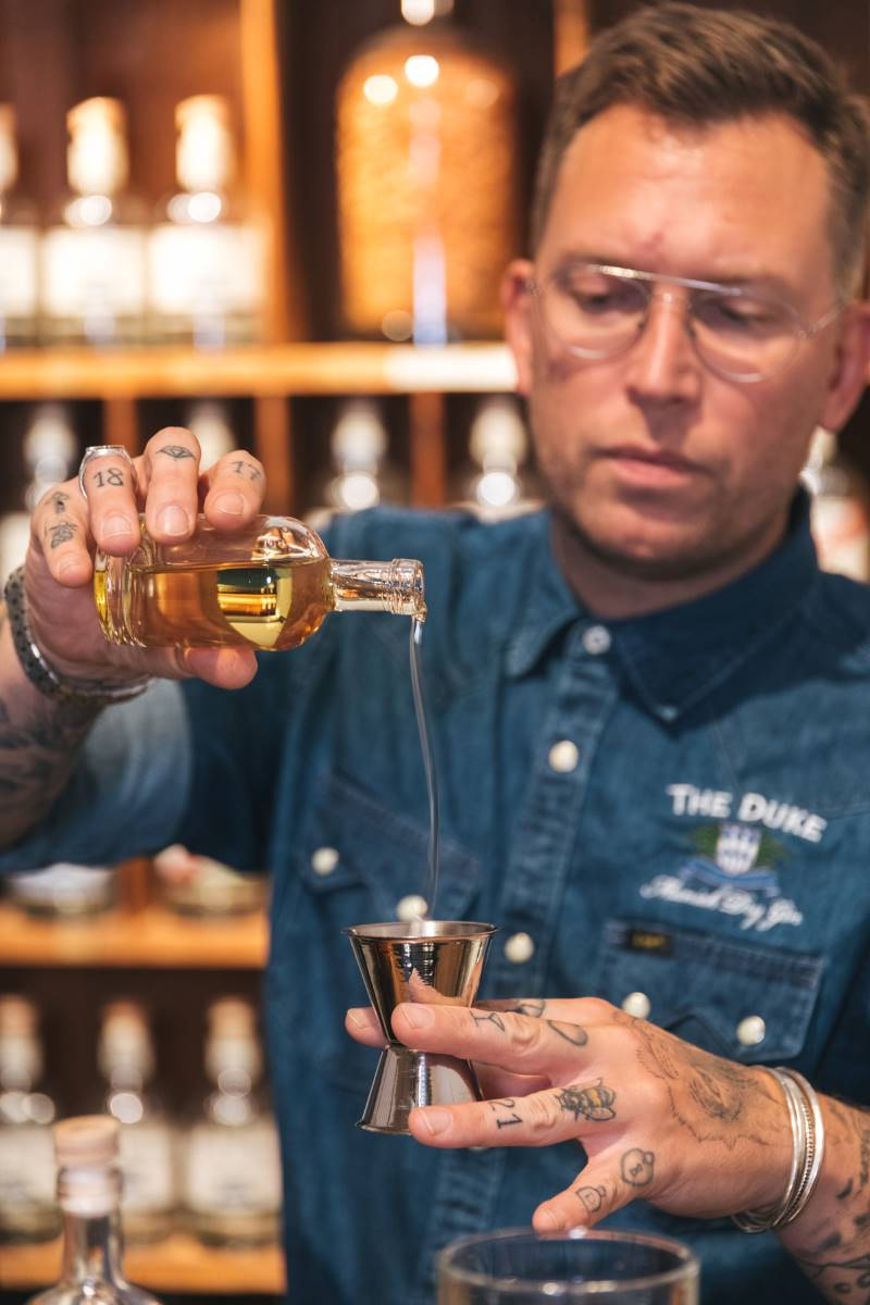 Guy mixt seinen Signature Drink mit THE DUKE Munich Dry Gin
