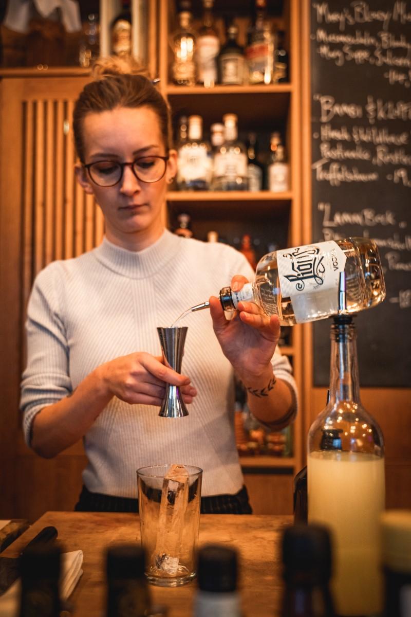 THE DUKE Barkeeper Porträt Signature Drink von Pauli Nowakowska