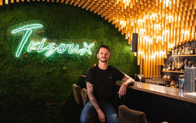 Philipp in seiner Trisoux Bar mit THE DUKE Signature Drink