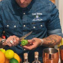 Guy beim Kiwi schneiden für THE DUKE Signature Drink