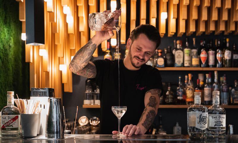 Philipp mixt mit LION's Vodka