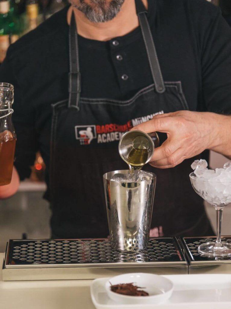 Patrick Metzger mixt mit THE DUKE Gin
