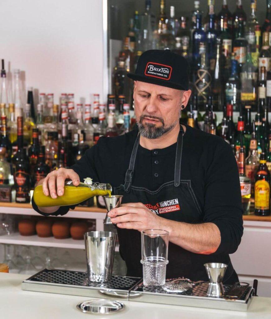 Patrick mixt in der Barschule München