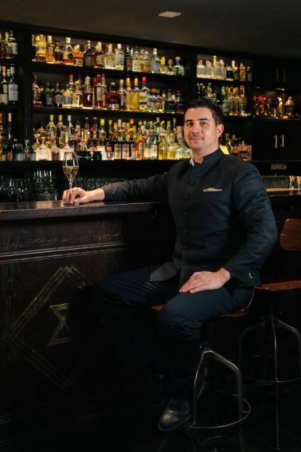 Eric Bergmann vom Jigger & Spoon trinkt Champagner