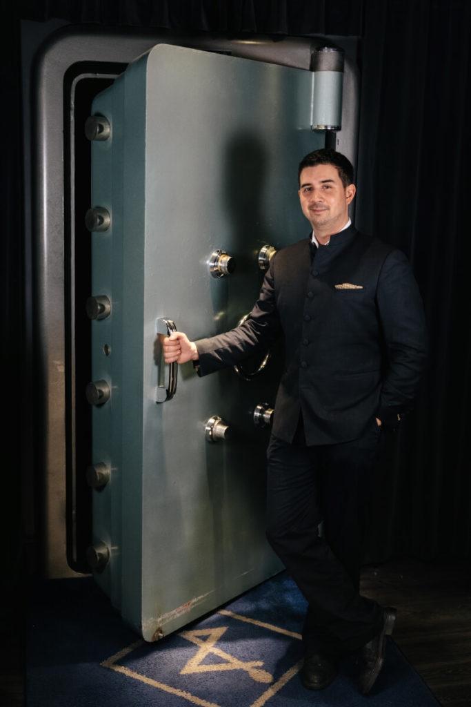 Eric Bergmann vor der Eingangstüre des Jigger & Spoon in Stuttgart