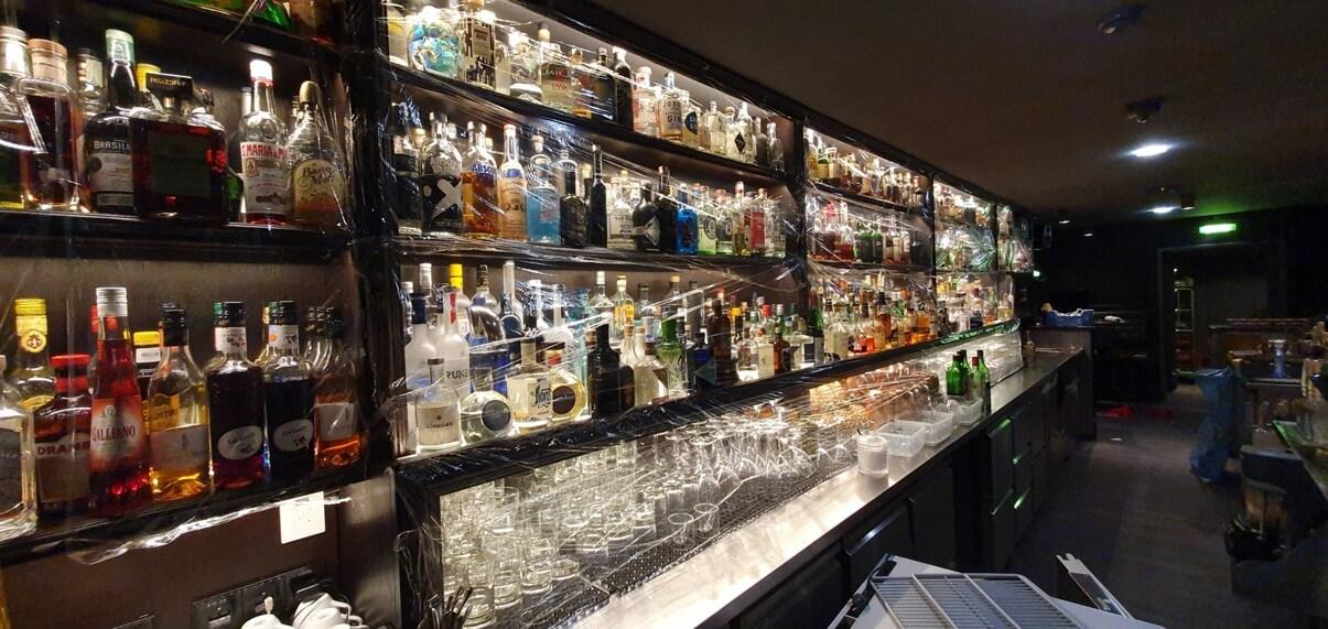 Einfolierte Bar im Jigger & Spoon