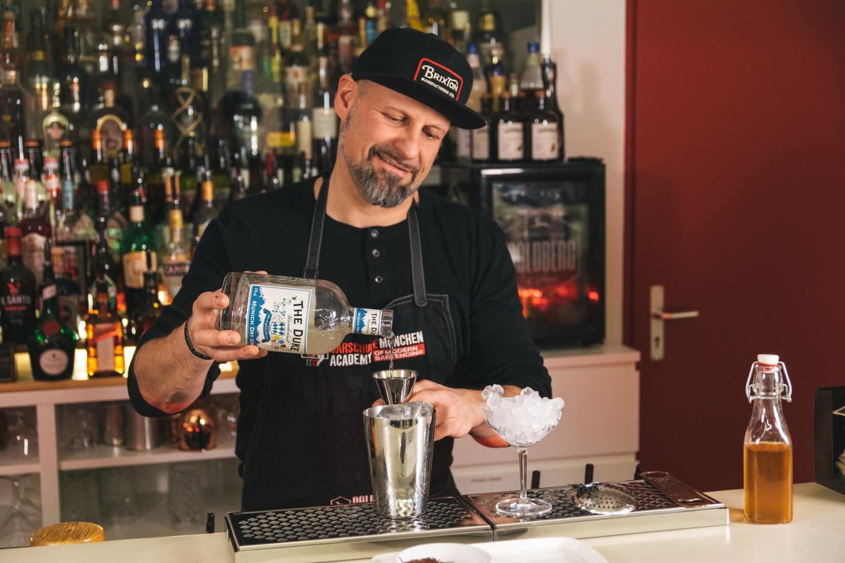 Patrick Metzger mixt mit THE DUKE Wanderlust Gin in der Barschule München
